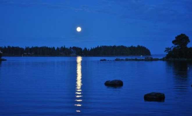 Свет луны на реке